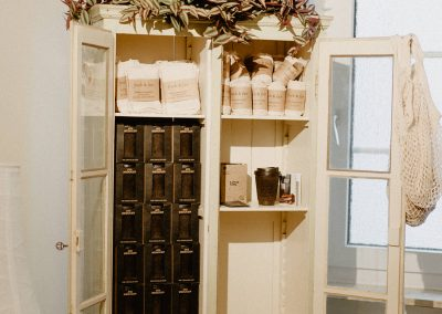 Tragetaschen und Kaffeebecher